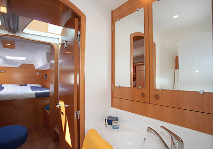 Lagoon 380 owners stateroom