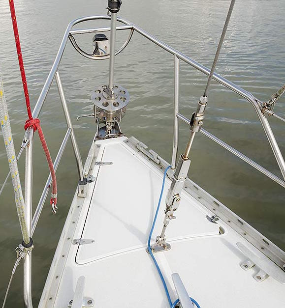 Removable inner forestay